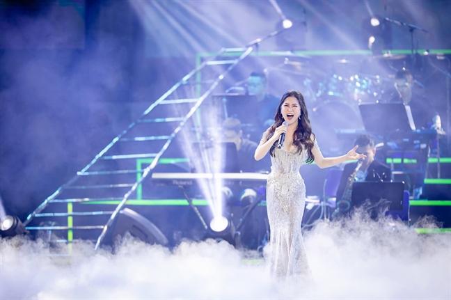 Huong Tram doat giai 'Nghe si cua nam' tai 'Zing Music Awards 2018'