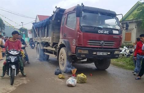 Bé gái 4 tuổi bị xe tải cán chết ngay trước cổng nhà văn hóa