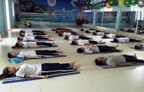 Học sinh lớp 12 học yoga giảm căng thẳng thi cử