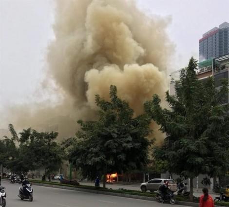 Nổ lớn tại Hà Nội, nhiều hàng quán cháy tan hoang