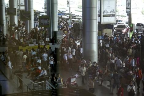 Chen chúc ở sân bay Tân Sơn Nhất đón Việt kiều về quê ăn tết
