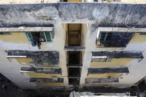 Người dân di dời khẩn cấp khỏi chung cư nghiêng 45cm ở Sài Gòn