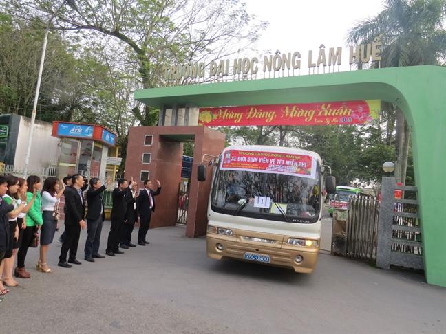 Hang tram sinh vien DH Hue ve que don tet bang xe mien phi