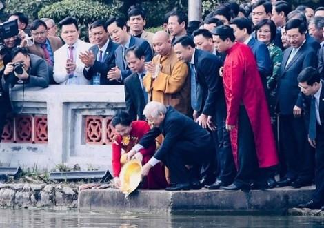Tổng Bí thư, Chủ tịch nước thả cá chép tại Hồ Gươm