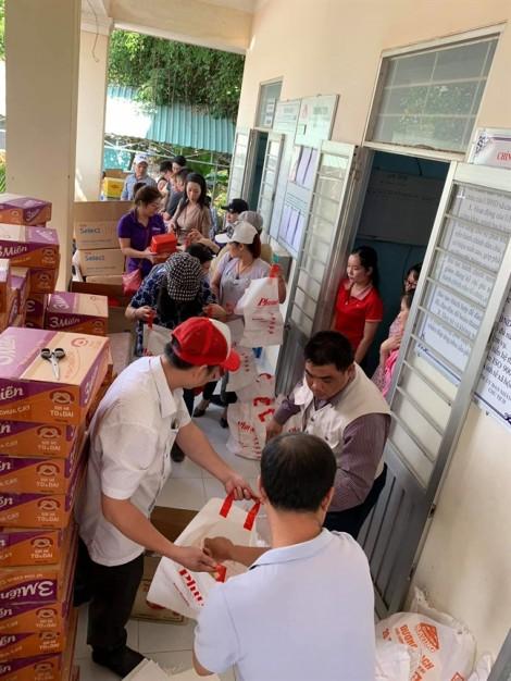 Công đoàn Báo Phụ Nữ TP.HCM và NSƯT Trịnh Kim Chi tặng quà tết cho người nghèo