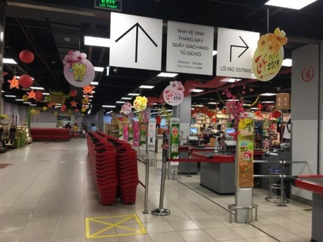 Mùng 4 tết, siêu thị vắng khách, chợ tăng giá gấp đôi