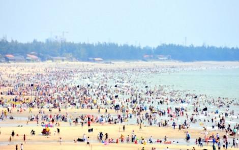 Biển Vũng Tàu đông nghẹt, khách sạn tăng giá gấp đôi