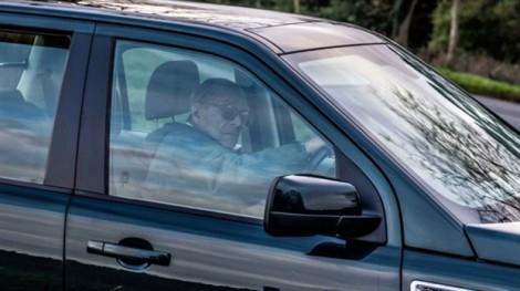 Sau vụ tông xe, phu quân Nữ hoàng Anh từ bỏ giấy phép lái xe