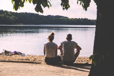 'Đứng hình' vì chồng trân trân nhìn vợ cũ ngày đầu năm