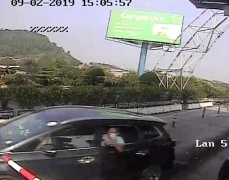Khởi tố tài xế 'cố thủ' trong xe ô tô tại trụ sở công an