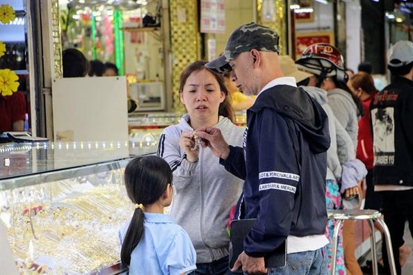 Kinh doanh vang ngay via Than Tai: khach mua som, vang tang gia som