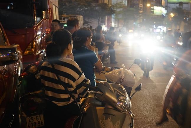 Ha Noi: Chan duong de hang ngan nguoi ngoi cau an truoc cong chua Phuc Khanh