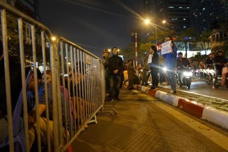Hà Nội: Chặn đường để hàng ngàn người ngồi cầu an trước cổng chùa Phúc Khánh