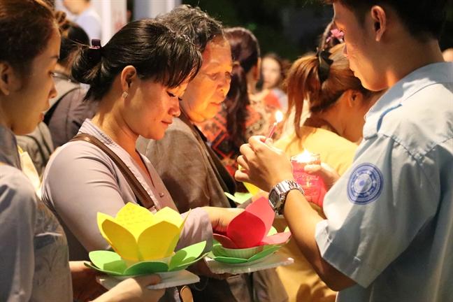 Ruc ro hoa dang ram thang Gieng