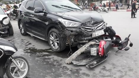Hà Nội: Lái xe ô tô say xỉn đâm vào nhiều xe dừng đèn đỏ