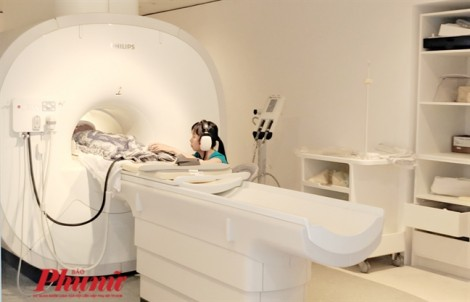 Bệnh viện trang bị tai phone cho người nhà nghe nhạc chờ bệnh nhi chụp MRI