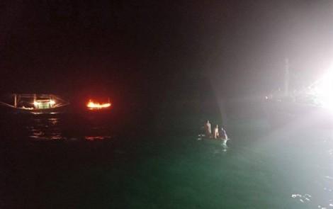 Tàu cá bốc cháy ngùn ngụt trên biển, 12 ngư dân may mắn thoát nạn