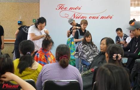 Chị em bệnh nhân được cắt tóc, tặng hoa ngày Quốc tế phụ nữ