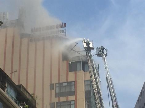 Người dân nối dây thoát khỏi đám cháy nhà hàng ở TP.HCM