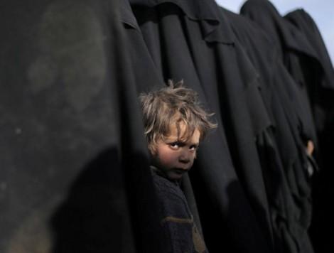 Cậu bé sơ tán khỏi thành trì cuối cùng của IS tại Syria lọt top ảnh trong tuần