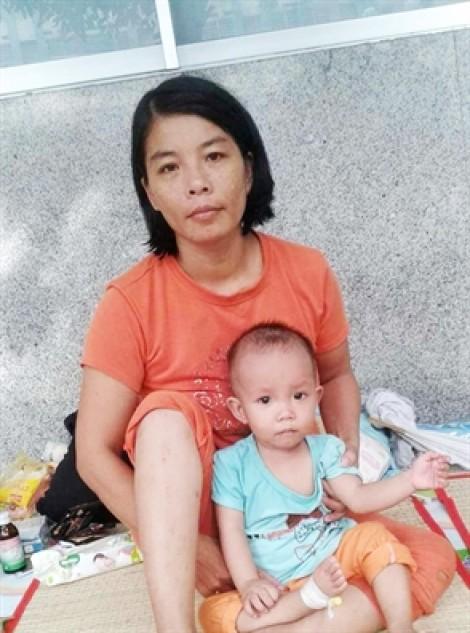 Hai phụ nữ nghèo mong được giúp trị bệnh