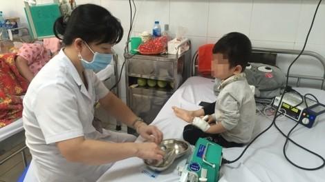 Gia đình 'anti vắc xin', bé 20 tháng tuổi nguy kịch vì mắc sởi