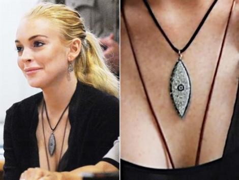Lindsay Lohan và bí mật từ trang sức 'Mắt ác'