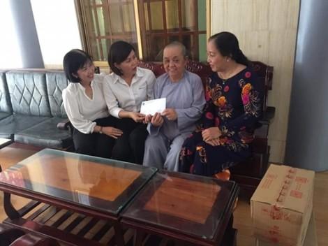 Quận Tân Phú: Tặng quà cho người già neo đơn và trẻ em mồ côi