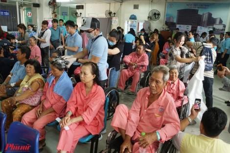 Bệnh nhân được cắt tóc, sơn môi... để quên đau đớn