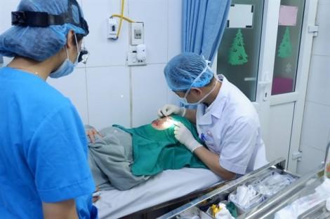 Hoảng loạn vì máu chảy không ngừng sau cắt mí tại spa