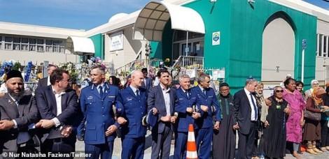 Người New Zealand tạo thành 'lá chắn sống' bảo vệ người Hồi giáo cầu nguyện
