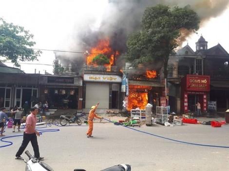 Ba căn nhà cạnh trung tâm thương mại bị lửa thiêu rụi giữa trưa