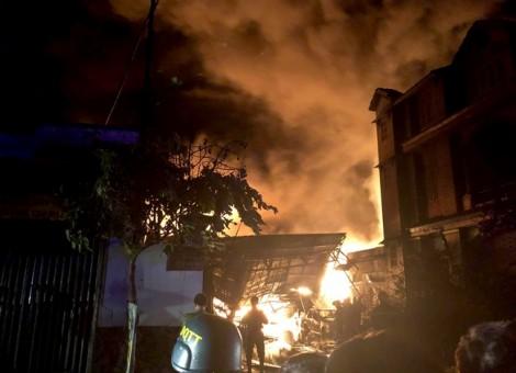 Hàng trăm lính cứu hỏa dập đám cháy cực lớn vùng ven TP.HCM