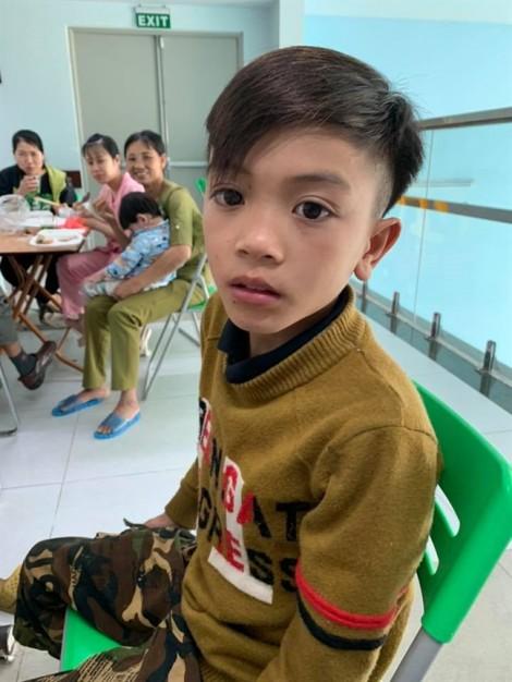 Cậu bé 13 tuổi đạp xe không phanh từ Sơn La xuống Hà Nội thăm em nằm viện