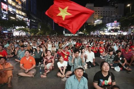 Cổ động viên vui tột độ khi U23 Việt Nam giành vé dự vòng chung kết U23 châu Á