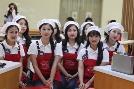 Top 15 đại sứ thiện chí Hoa Anh Đào học làm món Nhật