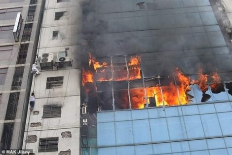 Bangladesh: Cao ốc chìm trong lửa, nhân viên đu dây cáp tìm cách thoát thân