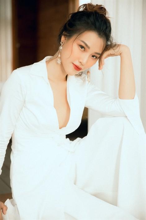 Hoàng Oanh gợi ý mặc đẹp với tông màu trắng mùa hè