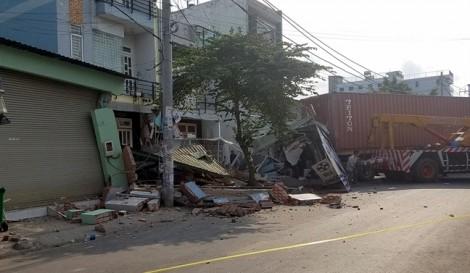 Hơn 4 giờ giải cứu tài xế kẹt trong cabin xe container đâm sập nhà dân
