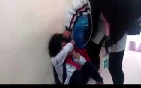 Nữ sinh lớp 7 đánh nhau trong trường, đình chỉ hiệu trưởng và giáo viên chủ nhiệm