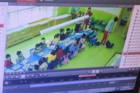 Cảnh sát bắt giữ giáo viên bạo hành bé trai 5 tuổi vào giờ ăn trưa ở trường mẫu giáo