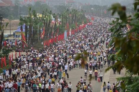 Hàng vạn du khách rời Đền Hùng vào cuối ngày giỗ Tổ