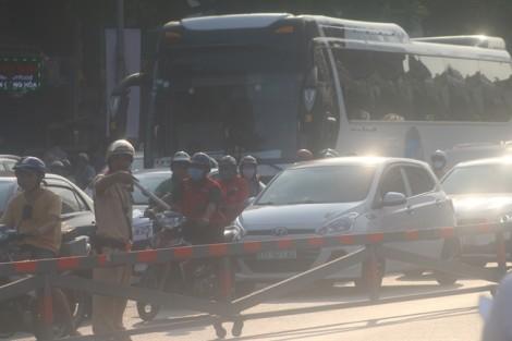 CSGT phơi mình dưới nắng nóng 'giải cứu' kẹt xe ở cửa ngõ sân bay Tân Sơn Nhất