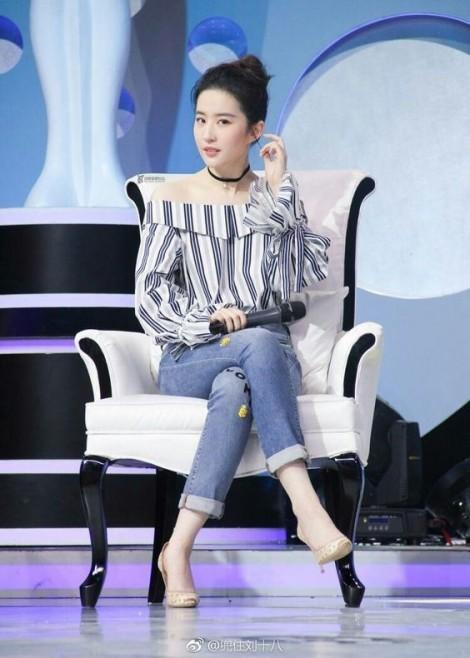 Bí quyết mặc đẹp cho nàng dáng tròn từ Lưu Diệc Phi