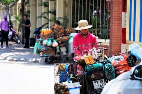 Nước hoa quả vỉa hè 'cháy hàng' trong những ngày Hà Nội nắng nóng