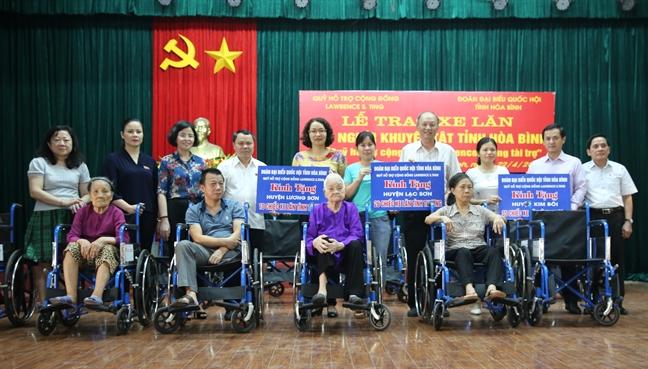 Quy Lawrence S. Ting trao 209 xe lan cho nguoi khuyet tat tinh Hoa Binh