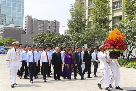 Lãnh đạo dâng hương tưởng niệm Chủ tịch Hồ Chí Minh và các anh hùng liệt sĩ