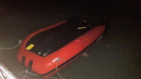 Xuồng cao su chở 7 du khách lật trên biển Cửa Lò