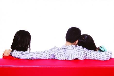 Một chồng nhiều vợ - 'chuyện riêng tư' hay trách nhiệm công dân?