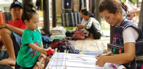 Nghệ nhân dệt thổ cẩm trình diễn kỹ thuật điêu luyện quảng bá làng nghề
